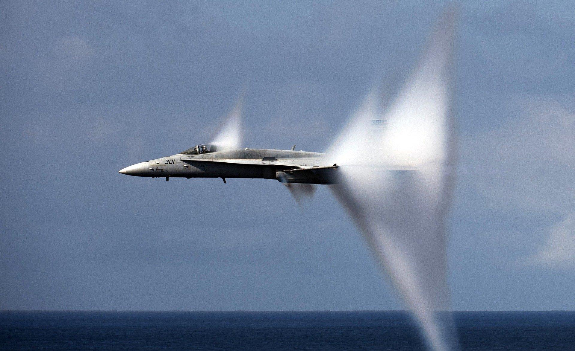 military-jet-1053394_1920